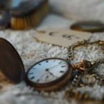 Eine antike Taschenuhr.