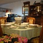 Gedeckter Tisch mit schönem alten Geschirr.